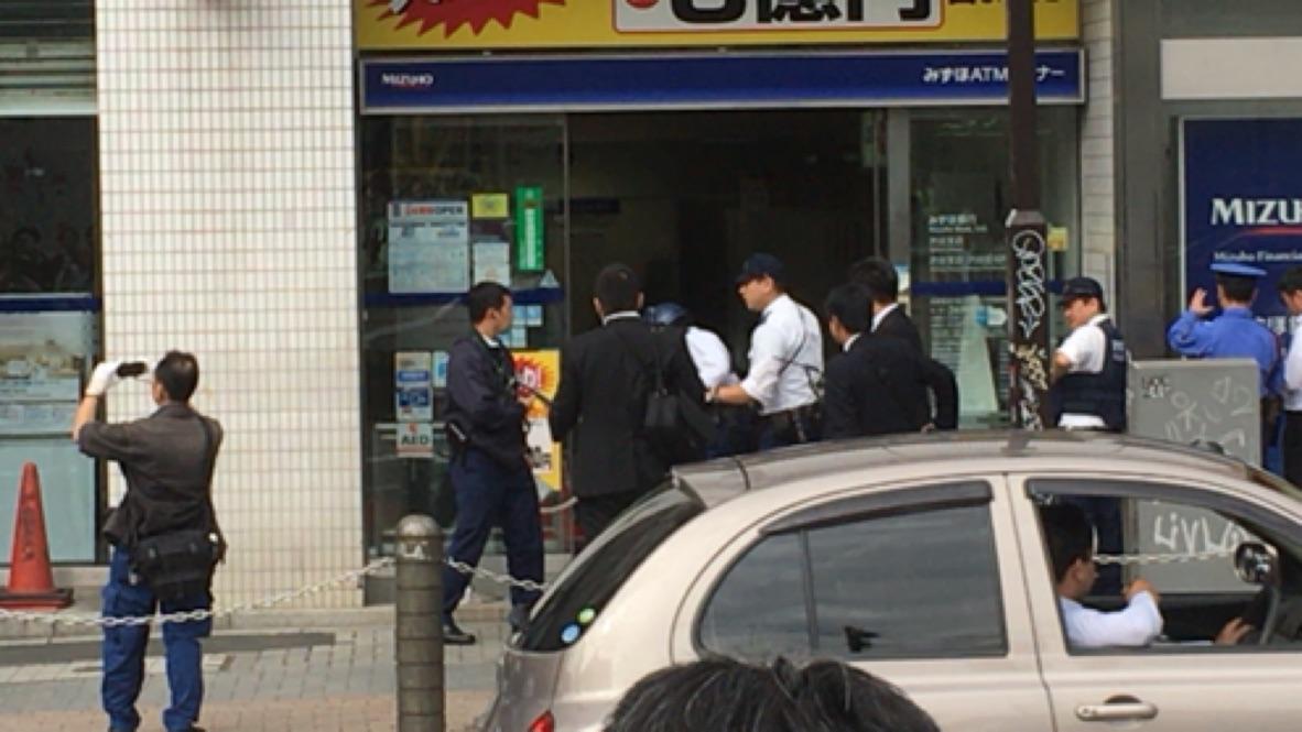 銀行に入る警察